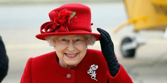 Queen Elizabeth wearing a brooch